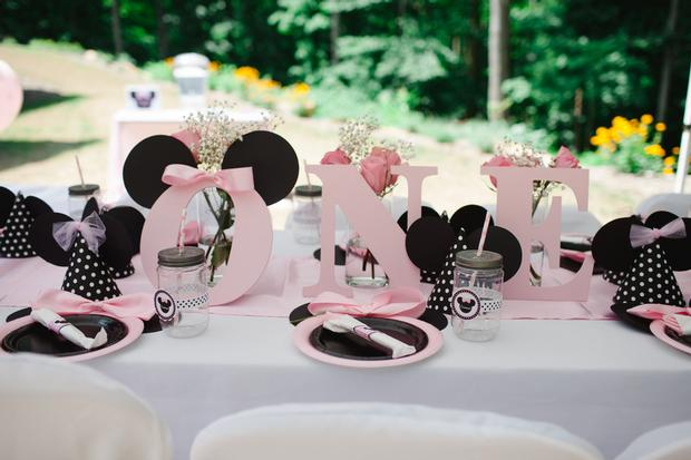 pink minnie mouse first birthday party, first birthday party ideas, minnie mouse baby shower ideas, minnie mouse party ideas via babyshowerideas4u