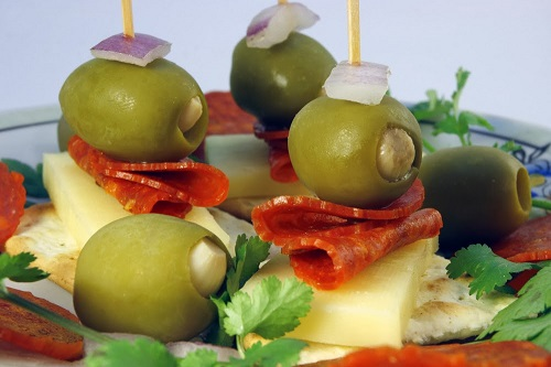 simple-baby-shower-food-ideas-cheese-and-cracker-with-olives-and-pepperoni