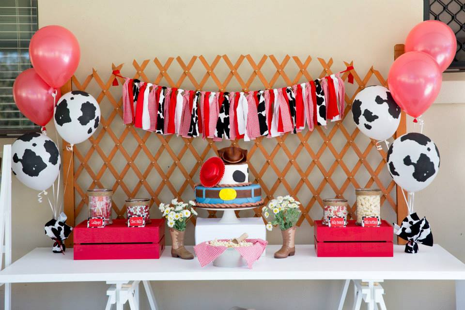 cowboy party tablescape - bunting, cake, balloons