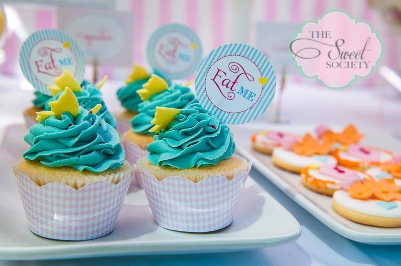 whimsical wonderland garden party via babyshowerideas4u eat me cupcakes 2