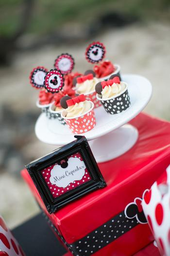 minnie mouse picnic party red black polka dots cupcakes
