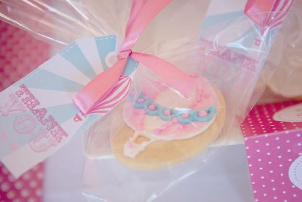 pink vintage hot air balloon baby shower via babyshowerideas4u cookies