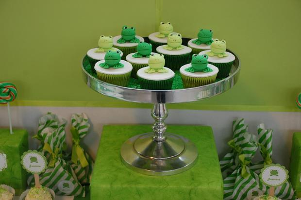 frog themed baby shower ideas, decorations, green colors, frog toppers