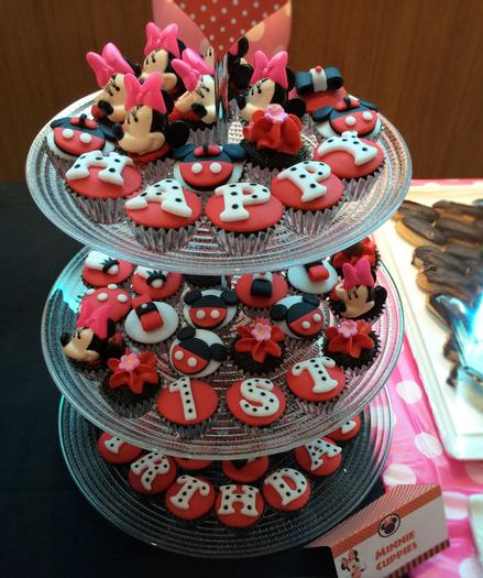 minnie mouse and mickey mouse cupcakes , minnie mouse themed party