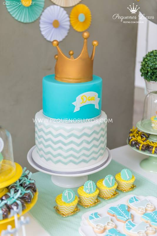 little-prince-crown-baby-shower-cake