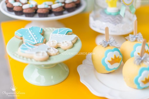little-prince-crown-baby-shower-cookies