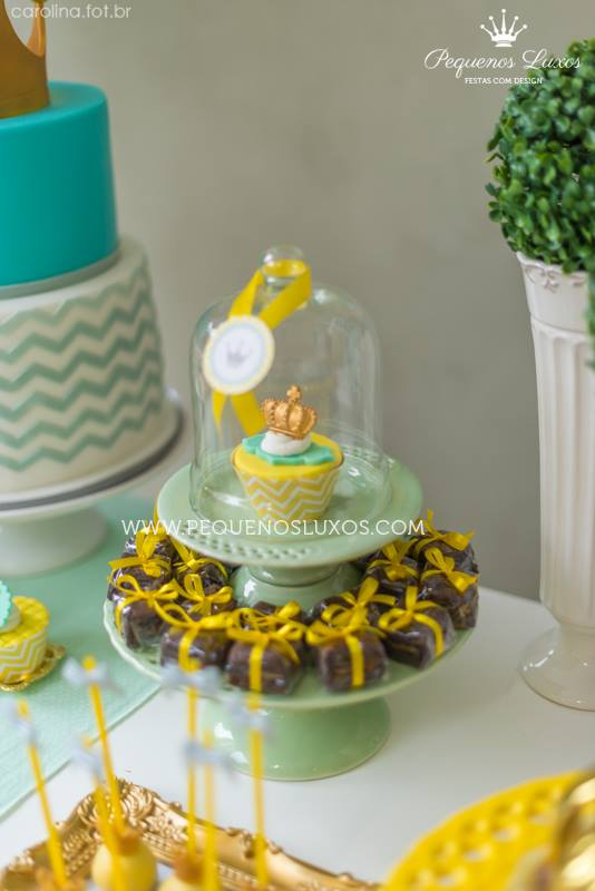 little-prince-crown-baby-shower-mini-cupcake-display