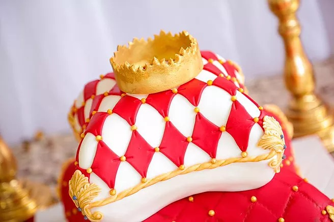 red-and-gold-royal-prince-baby-shower-cake-with-crown