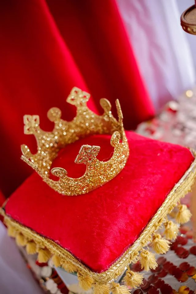 red-and-gold-royal-prince-baby-shower-decoration