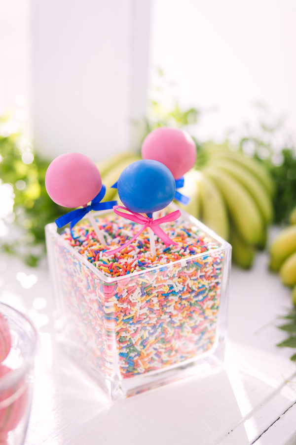 16-pink-and-blue-cakepops-in-sprinkles