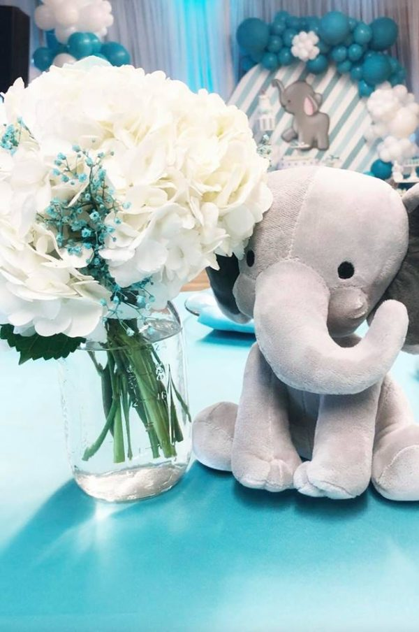 flower-and-soft-elephant-toy-as-centerpieces